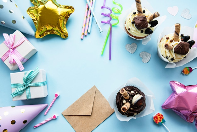 Вид сверху на обычные элементы вечеринки по случаю дня рождения в рамке.