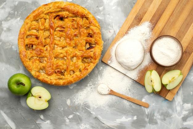 상위 뷰 사과 케이크 라운드 흰색 책상 케이크 비스킷 과일에 신선한 사과 가루로 맛있게 형성