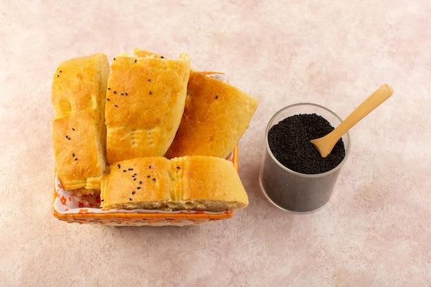 ピンクのコショウと一緒にパン箱の中にスライスした焼きたてのパンホットおいしい新鮮な平面図