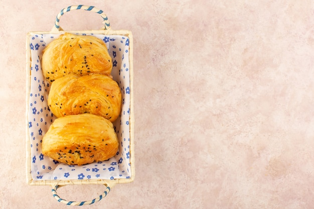 ピンクの焼きたてパンホットおいしい新鮮なパン箱の中のトップビュー