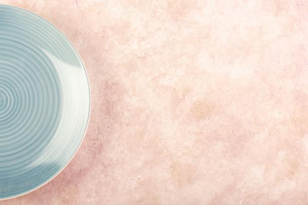 トップビューブルーラウンドプレート空のガラス製の孤立した食事のテーブルの色