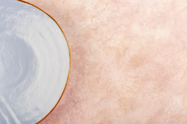 トップビューブルーラウンドプレート空分離食品テーブル