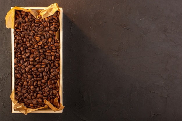 暗い背景のコーヒーカップの写真の種子の飲み物のボックス内のトップビューブラウンコーヒー種子