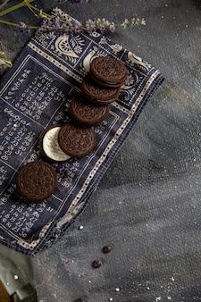 Сладкое и вкусное шоколадное печенье на сером столе, вид сверху