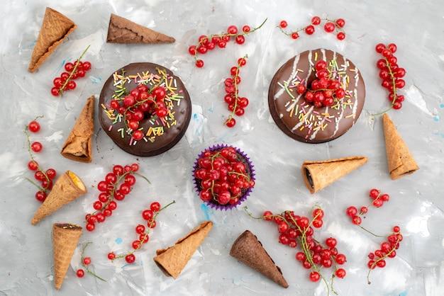 白い背景の上のフルーツビスケットドーナツチョコで設計されたドーナツと平面図チョコレートケーキ