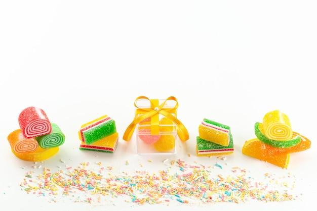 上面図のカラフルなマーマレードのコンフィチュールは、白、色の砂糖の甘いお菓子に並ぶ、粘り気があり、おいしい