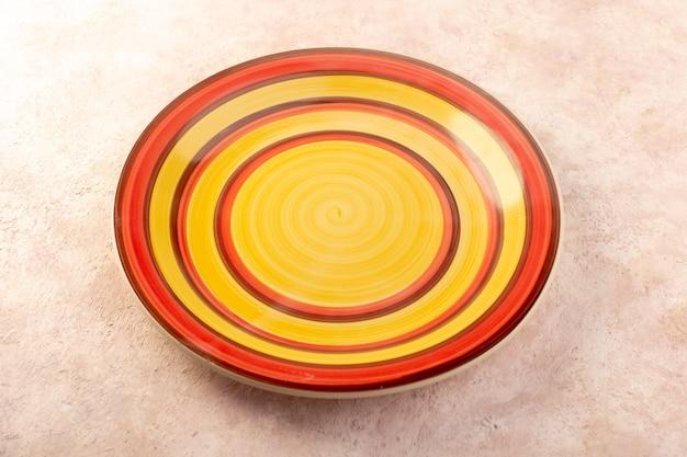 Вид сверху красочная круглая тарелка пустой стакан сделал изолированный цвет обеденного стола