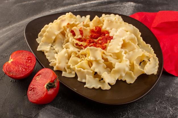 トップビュープレートの内側にトマトソースのイタリアンパスタとフレッシュトマト