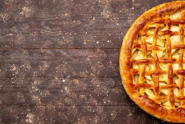 Вид сверху вкусный яблочный пирог круглой формы на темном фоне торт бисквитный сахар фруктовый чай