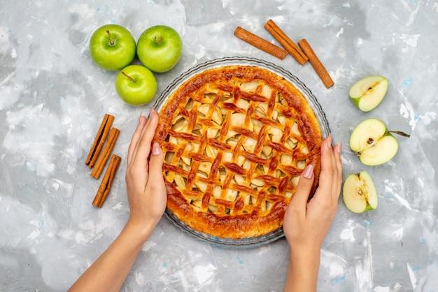 Вид сверху вкусный яблочный пирог со свежими зелеными яблоками, бисквитный торт с фруктами