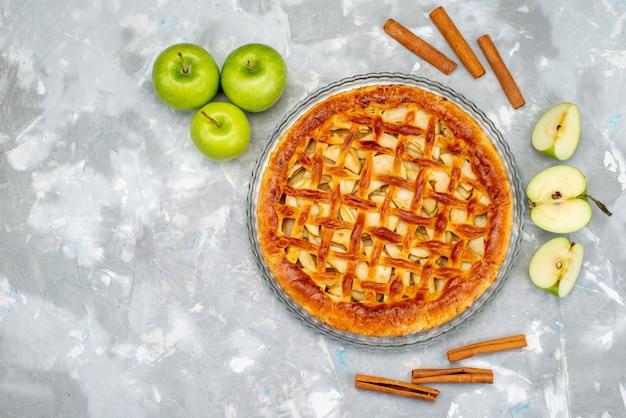 Вид сверху вкусный яблочный пирог со свежими зелеными яблоками торт бисквитный сахар фрукты