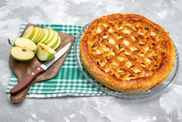 Вид сверху вкусный яблочный пирог со свежими зелеными яблоками торт бисквитный сахар