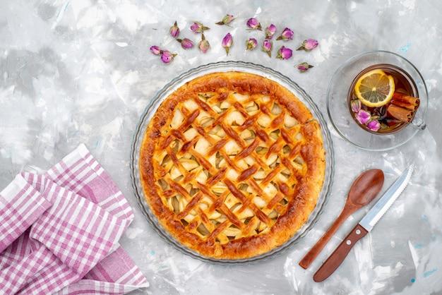 Вид сверху вкусный яблочный пирог с горячим чаем и цветами торт бисквитный сахарный чай
