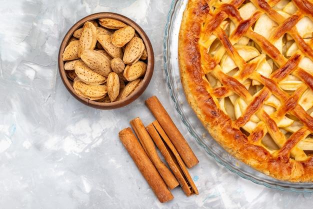 Вид сверху вкусный яблочный торт с орехами и корицей, печенье, сахар, фрукты