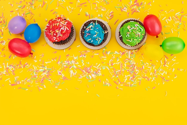黄色のキャンディーケーキビスケット色のキャンディーをベースにしたトップビューのおいしいブラウニーチョコレート