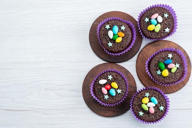 トップ、キャンディー色のお菓子のカラフルなキャンディーと紫色のフォーム内のおいしいブラウニー