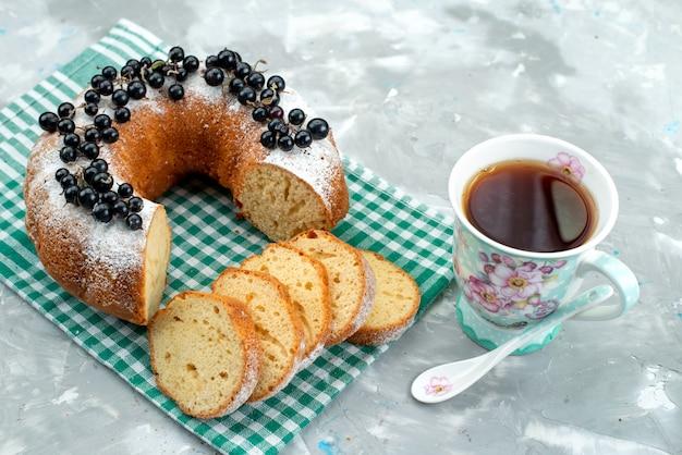 Вид сверху вкусный торт со свежей черникой и чаем на белом столе торт бисквитный чай ягодный сахар