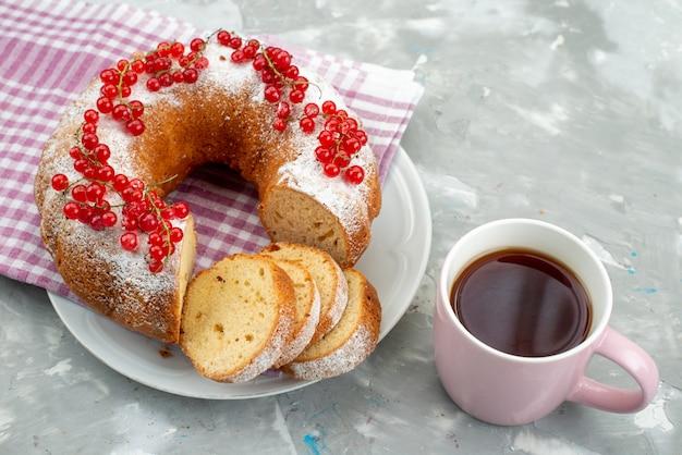 Вид сверху вкусный торт со свежей красной клюквой, корицей и чаем на белом столе, торт, бисквит, чай, ягода
