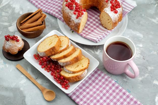 흰색 책상 케이크 비스킷 차 베리 설탕에 신선한 빨간 크랜베리와 상위 뷰 맛있는 케이크
