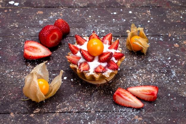 Вид сверху вкусный маленький торт со сливками и свежими нарезанными фруктами на коричневом столе фруктовый торт сахар