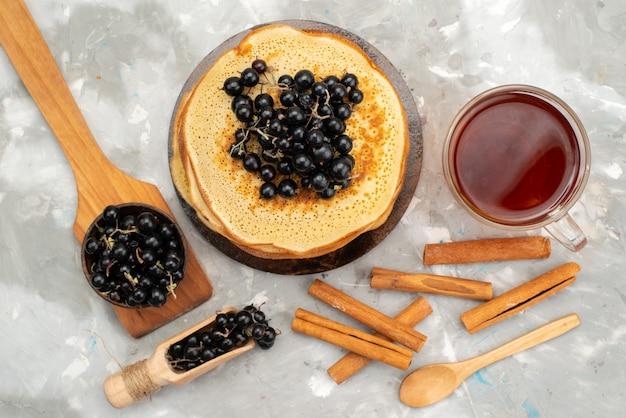 Вид сверху вкусные круглые блины, вкусные и круглые, с черникой и корицей, блинное тесто