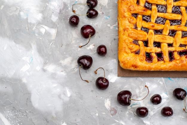 Вид сверху вкусный клубничный торт с клубничным желе внутри вместе со свежим вишневым пирогом