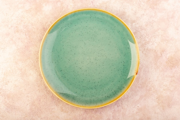 トップビュー空のグリーンプレートラウンド形の孤立した食事のテーブル