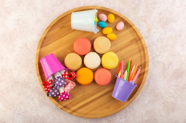 ピンクのテーブルケーキビスケットシュガースイートで丸い形とおいしいフランスマカロンのトップビュー