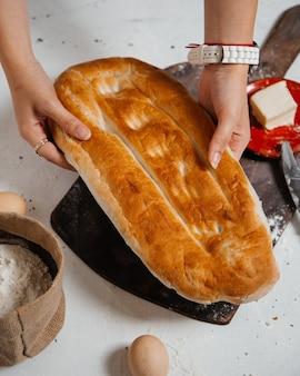 Свежий хлеб с яйцами, вид сверху