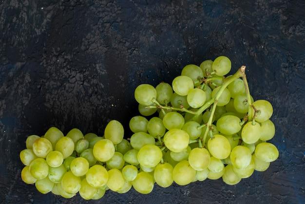 トップビューフレッシュグリーンブドウサワージューシーでまろやかな、暗い背景にフルーツ熟した植物グリーン