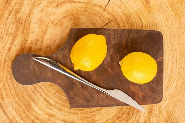 トップビューフレッシュレモンサワー熟したまろやかな柑橘系ジューシーなトロピカルビタミンイエローブラウンの素朴なデスク