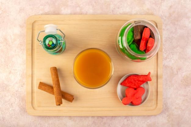 Свежий персиковый сок, сладкий и вкусный, с красочным печеньем внутри, с конфетами и корицей