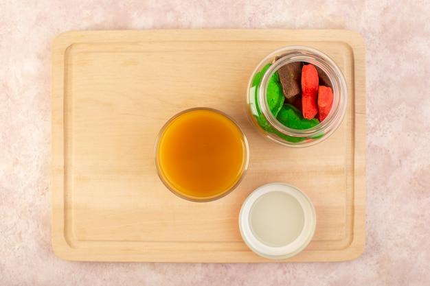 Свежий персиковый сок, сладкий и вкусный, с красочным печеньем внутри