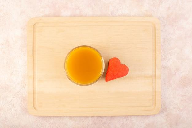 Свежий персиковый сок вид сверху сладкий и вкусный с красочными печенье на розовой поверхности