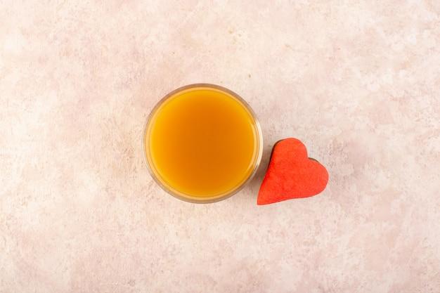 カラフルなクッキーと甘くておいしい新鮮な桃ジュースのトップビュー