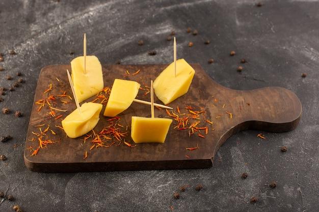 灰色の机食品食事スナックコーヒーに茶色のコーヒー種子とトップビューの新鮮な黄色のチーズ