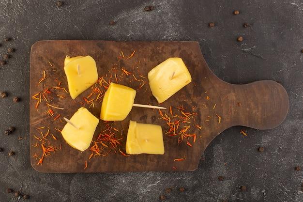 Вид сверху свежий желтый сыр с коричневыми кофейными семечками на сером столе еда еда закуска кофе