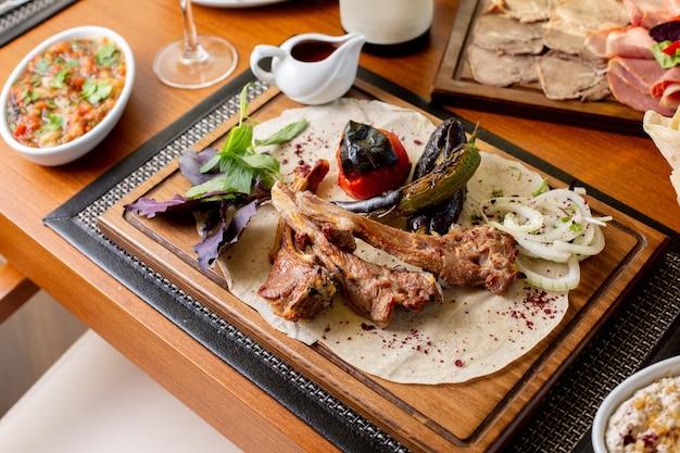 揚げ野菜とソースのテーブルフード食事夕食レストラン肉の上面図揚げ肉の骨