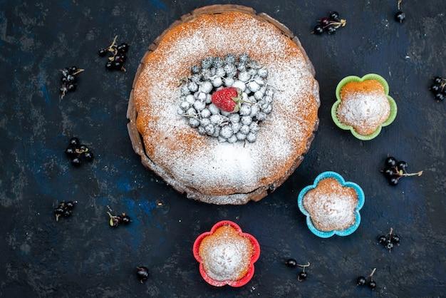 Фруктовый торт, вид сверху, восхитительный и круглый, со свежим синим, ягодами на темном, бисквитным сладким сахаром