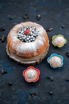 新鮮な青、暗い、果実のケーキ、ビスケットの甘い砂糖の平面図フルーツケーキ