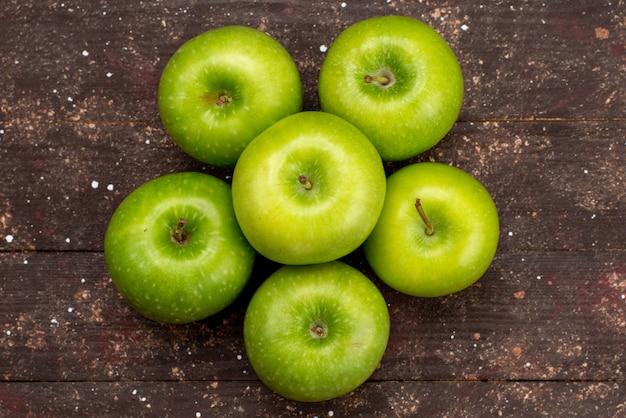 トップビューグリーンアップル新鮮な酸味と暗い背景の果物の色のビタミンのまろやかさ