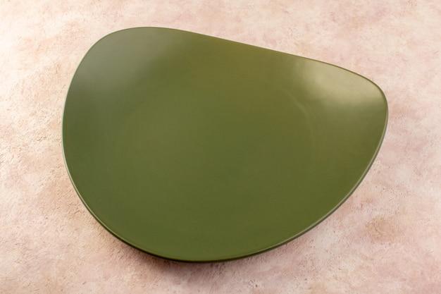 상위 뷰 녹색 디자인 된 접시 빈 유리 만든 식사 테이블