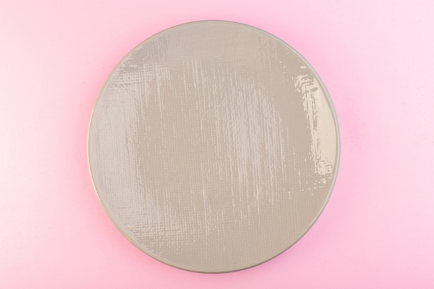 Вид сверху серый пустой стакан для еды на розовом