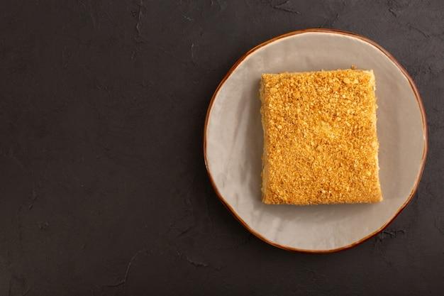 Вид сверху кусочек медового торта вкусный