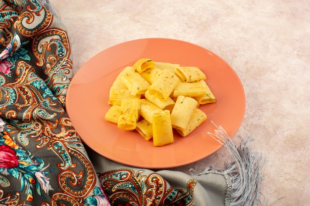 カラフルなスカーフとピンクのピンクプレート内の乾燥した緑のハーブと平面図イタリアパスタおいしい食事
