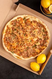 종이 상자 맛있는 생과자 식사 안에 채소와 레몬과 함께 다진 고기가 들어간 평면도 라마 쿤 반죽