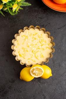 Вид сверху лимонный пирог кислый вкусный пирог пекарня сладкий на темном столе
