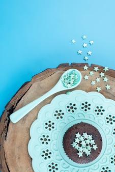上面図の小さな星は緑の茶色の木製色の装飾星に署名しました