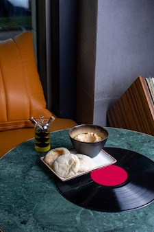 緑のテーブルフードミールレストランでパンと上面図の食事