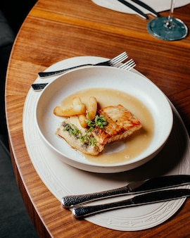 Вид сверху мясная еда со столовыми приборами на столе еда повар еда ресторан